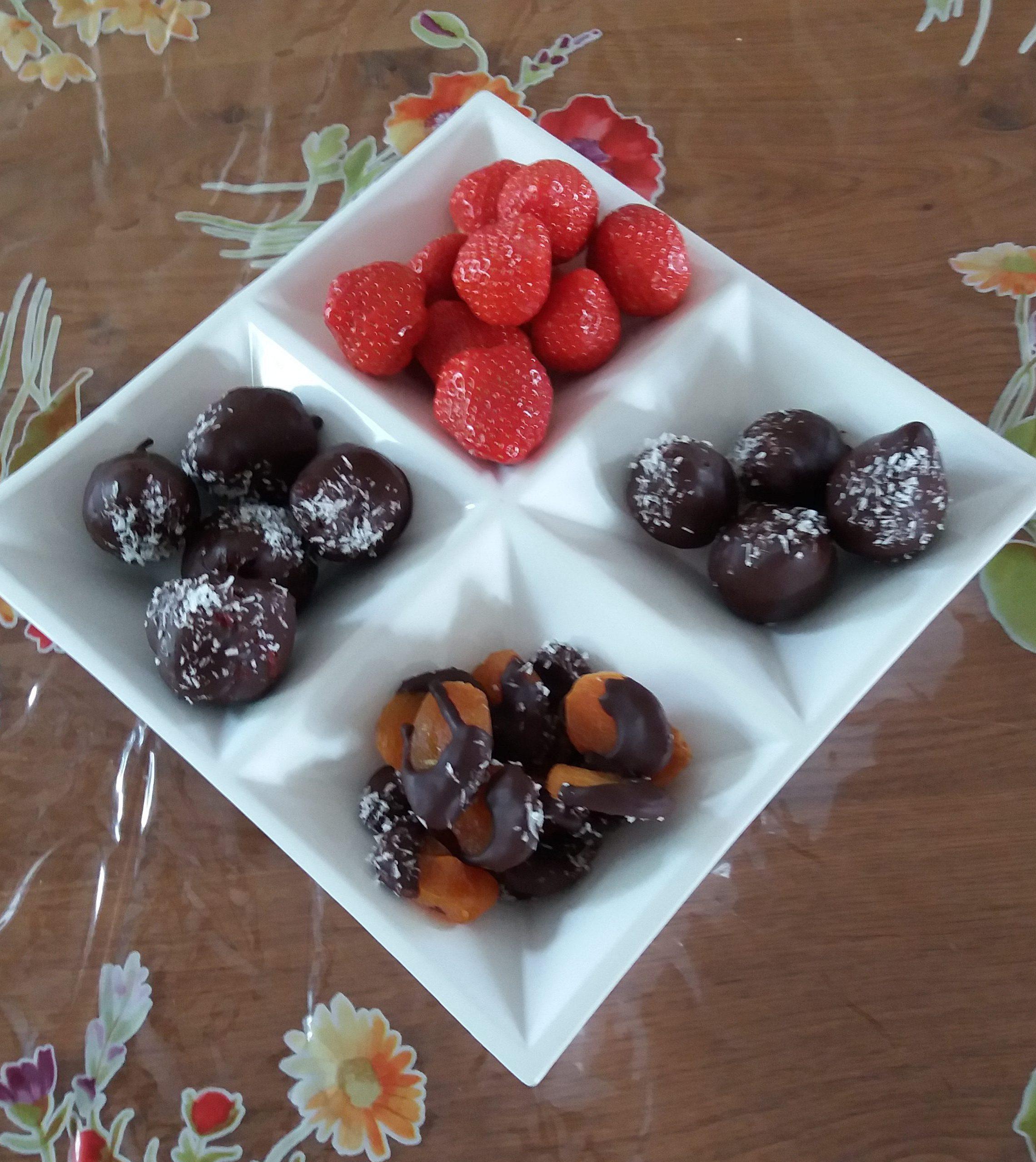 schaal met hapjes van aardbeienbonbons