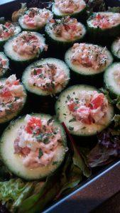 komkommerbakje 1 e1515525685672 169x300 Gevulde komkommerbakjes, fingerfood, ook leuk voor Kerst