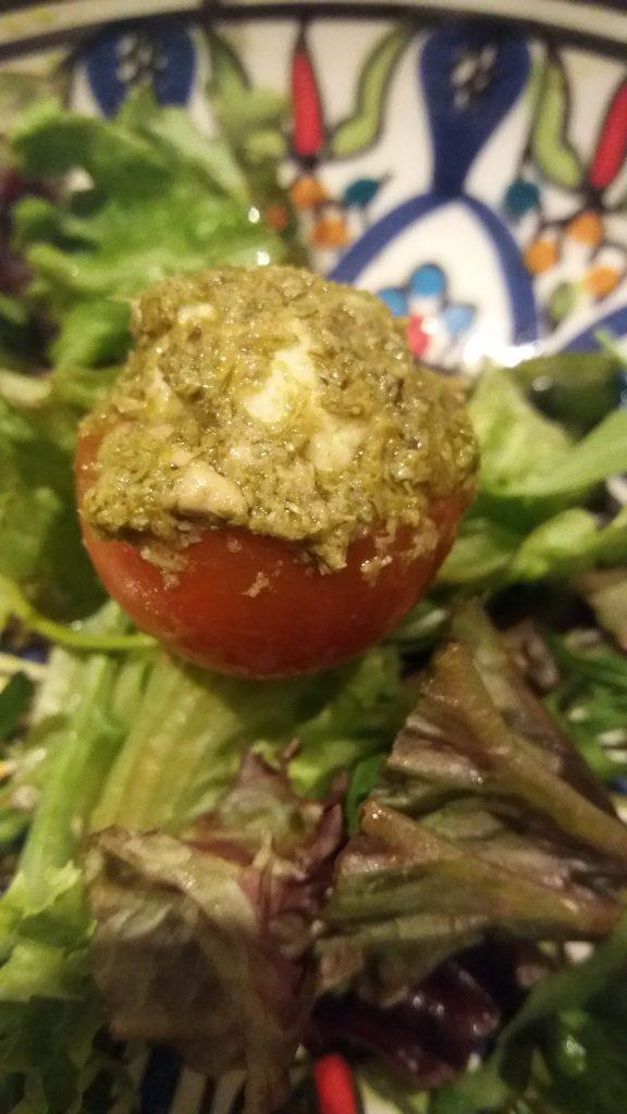 tomaat 2 e1515524474999 576x1024 Gevulde tomaat, fingerfood, ook leuk bij Kerst