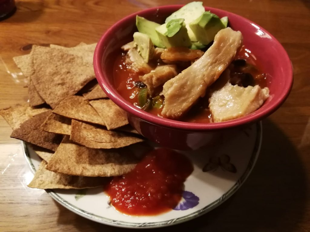 mexicaanse tomatensoep met kip peulvruchten wrap tortilla